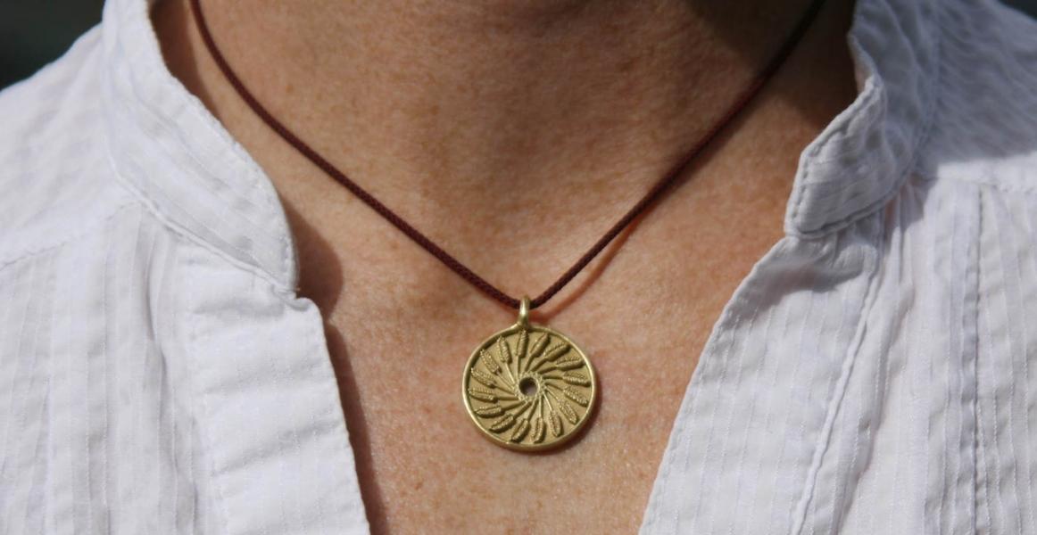 gold_pendant_neck